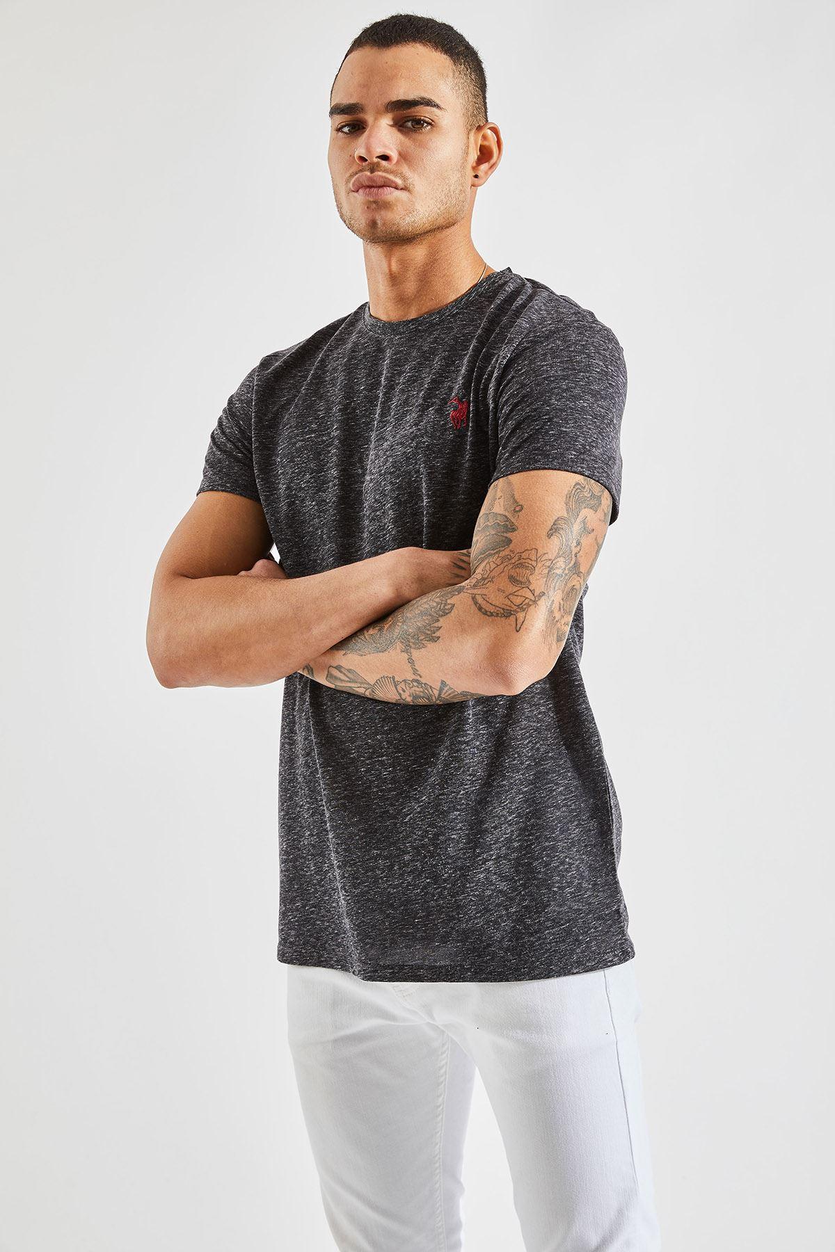 Erkek Nopeli O Yaka Siyah Nakışlı Tişört
