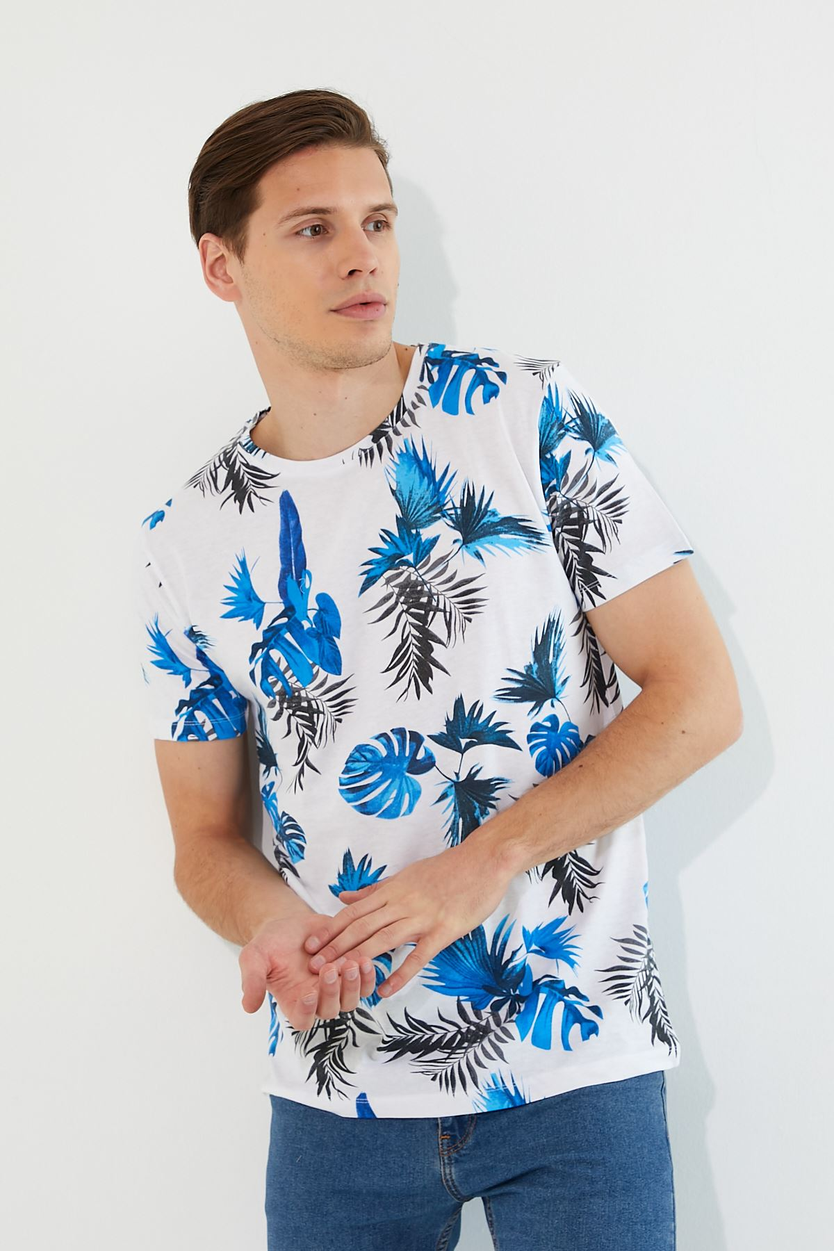 Erkek Mavi Yaprak Baskı Beyaz Tişört